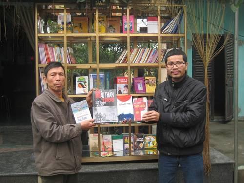 Nguyễn Quang Thạch (phải)
