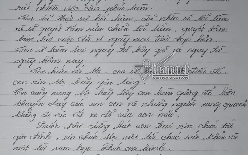 Thầy giáo mang án chung thân quỳ lạy mẹ trước trại giam