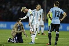 Fan cuồng lao vào sân ôm chặt chân Messi