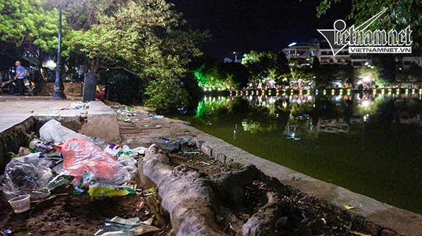Quanh hồ Gươm hậu 2/9: Taxi đắt hàng và rác khắp nơi