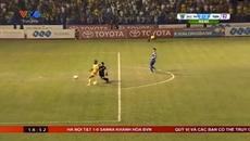 """Video thủ môn Quảng Ninh """"biếu"""" không Thanh Hóa bàn thắng"""