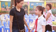 Ánh mắt buồn của con gái Trần Lập trong ngày khai giảng