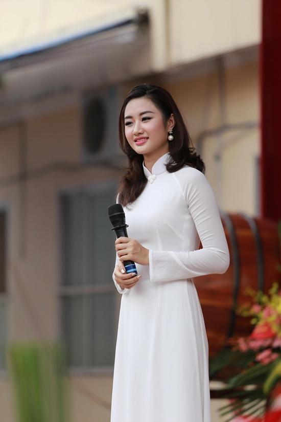 Hoa hậu Thu Ngân rạng rỡ dự lễ khai giảng ở trường cũ