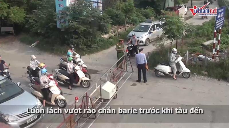 giao thông Hà Nội hỗn loạn, quý cô Hà thành, ùn tắc nghiêm trọng, vượt chắn tàu