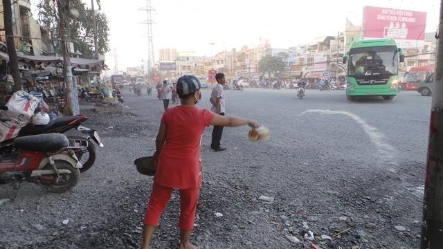 Dân Sài Gòn khốn khổ vì bão bụi từ công trình chống ngập