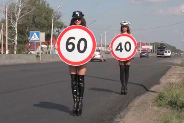 Thiếu nữ ngực trần nhắc tài xế giảm tốc