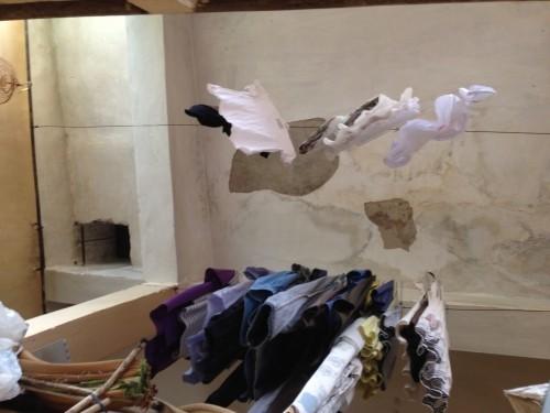 Run sợ nhà tập thể bị nghiêng, cầu thang chực sập ở Hà Nội