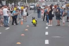 Bé 3 tuổi lái mô tô điệu nghệ như dân đua chuyên nghiệp