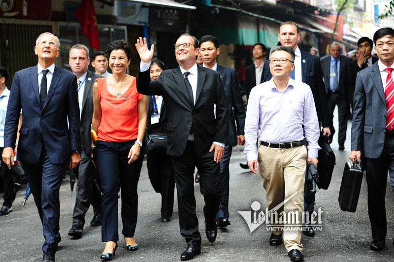 Tổng thống Pháp sánh bước cùng GS Ngô Bảo Châu ở phố cổ