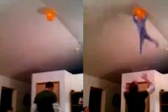 Clip ông bố tung con lên trần nhà bắt bóng gây tranh cãi