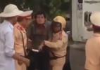 Cô gái phun nước bọt, cắn CSGT ở Sài Gòn
