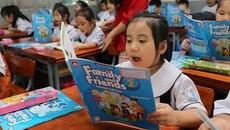 """Phụ huynh bức xúc vì kiến thức sách tiếng Anh không """"đuổi"""" kịp con"""