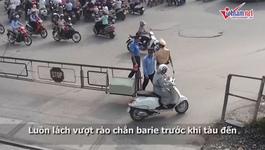 Giao thông Hà Nội: Thót tim quý cô luồn lách vượt chắn tàu
