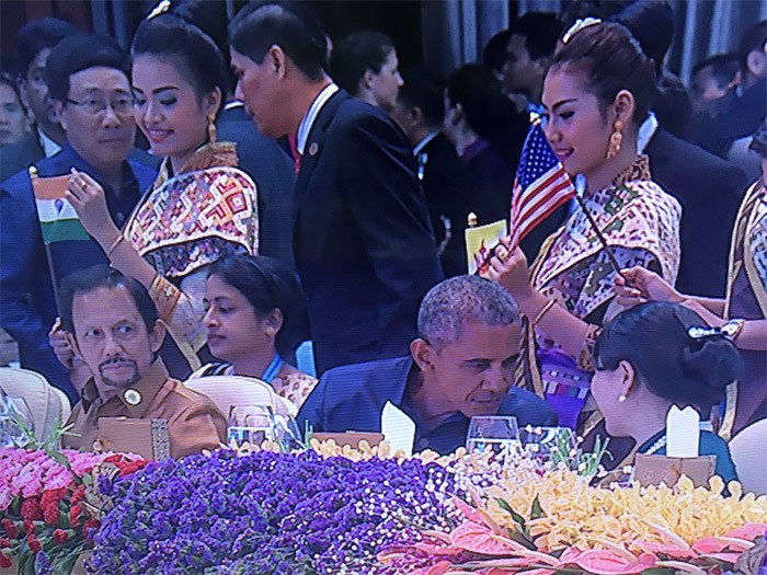 Tổng thống Philippines bị hố 'khoe' ngồi cạnh Obama ăn tối