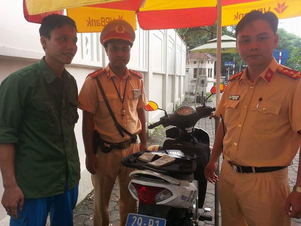Thanh niên tìm lại được 70 triệu đánh rơi giữa Hà Nội