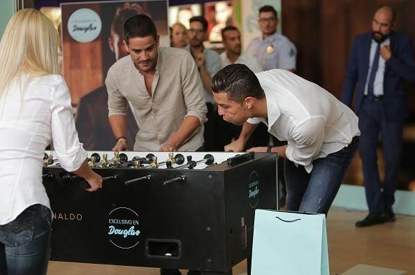Ronaldo dùng tiểu xảo khi chơi bi-lắc cùng fan nữ
