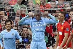 """10 khoảnh khắc """"điên rồ"""" nhất trong lịch sử derby Manchester"""