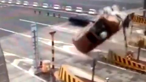 10 clip 'nóng': Rắn độc bám theo tài xế hơn 40km