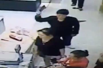 Người phụ nữ bất ngờ bị chém giữa trung tâm mua sắm