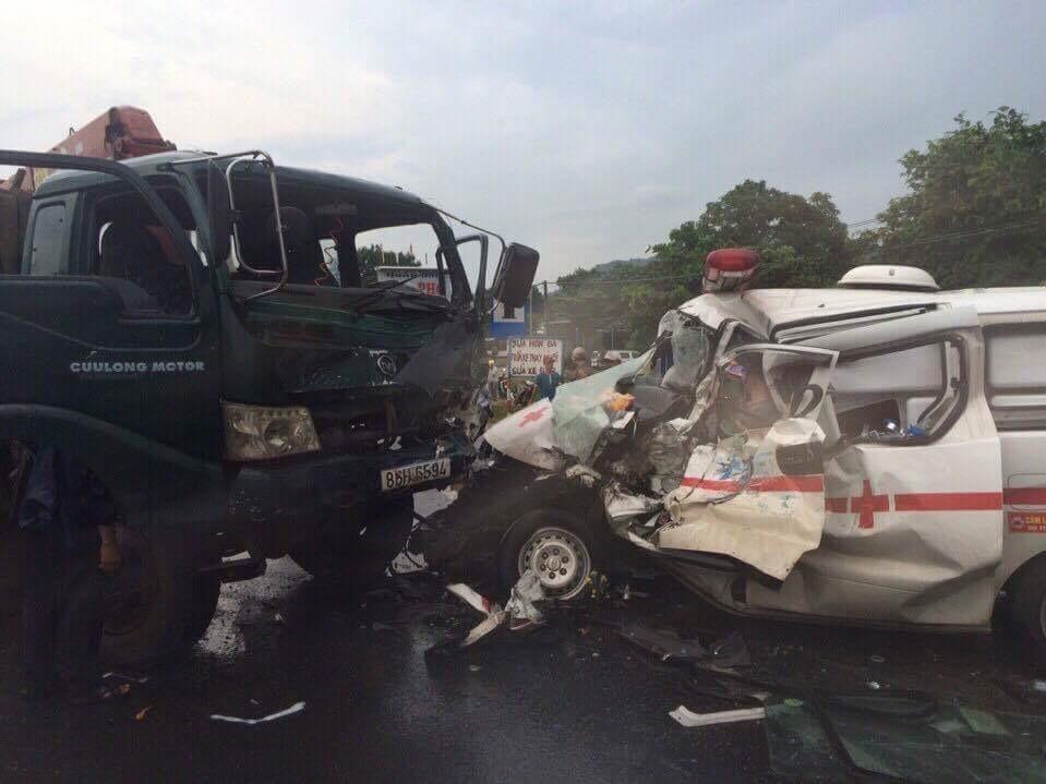 Xe cứu thương tông xe cứu hộ, tài xế chết thảm