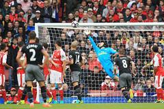 """Trọng tài """"dâng"""" chiến thắng phút chót cho Arsenal"""