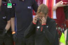 Mải ăn mừng bàn thắng, HLV Jurgen Klopp rơi mất kính
