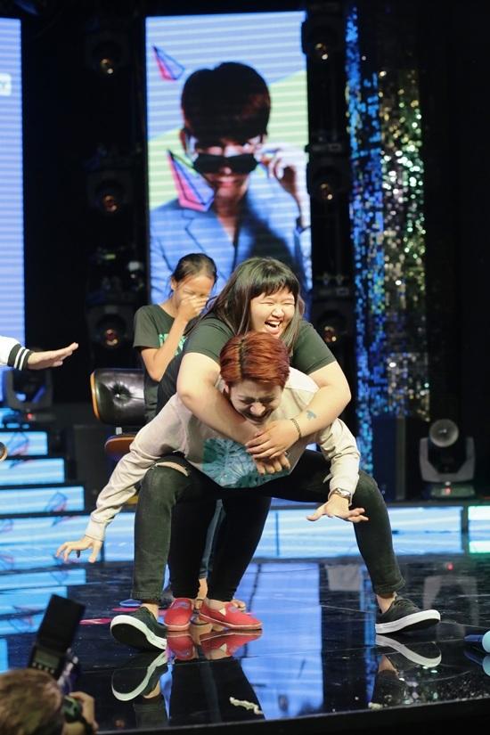 Ca sĩ Việt giả gái, nhảy sexy làm náo loạn sân khấu
