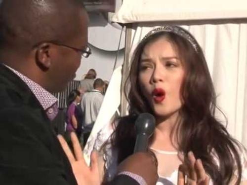 Chết cười với những lần người đẹp Việt trổ tài nói tiếng Anh