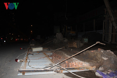 Hàng rào đường sắt Cát Linh – Hà Đông đổ sập, người đi đường hoảng loạn