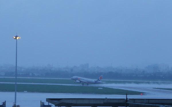 Sân bay Tân Sơn Nhất lại ngập mênh mông