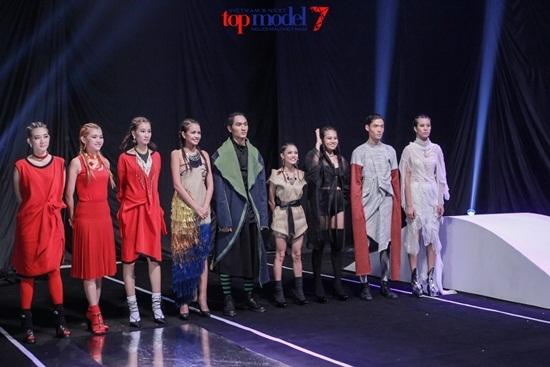 Bị loại, Kim Nhã đi thẳng về nhà không chia tay thí sinh Top Model