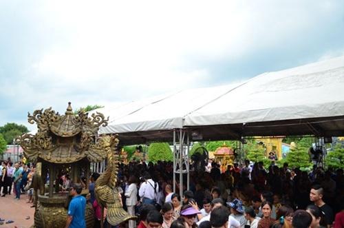 Nhà thờ 'khủng' của Hoài Linh chật cứng nghệ sĩ và khán giả