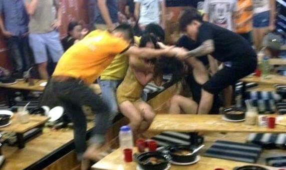 Hà Nội: Hot girl hỗn chiến trong quán Mỳ cay