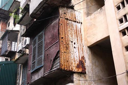 Gần 80 hộ dân sợ hãi sống trong khu nhà nghiêng 15 độ