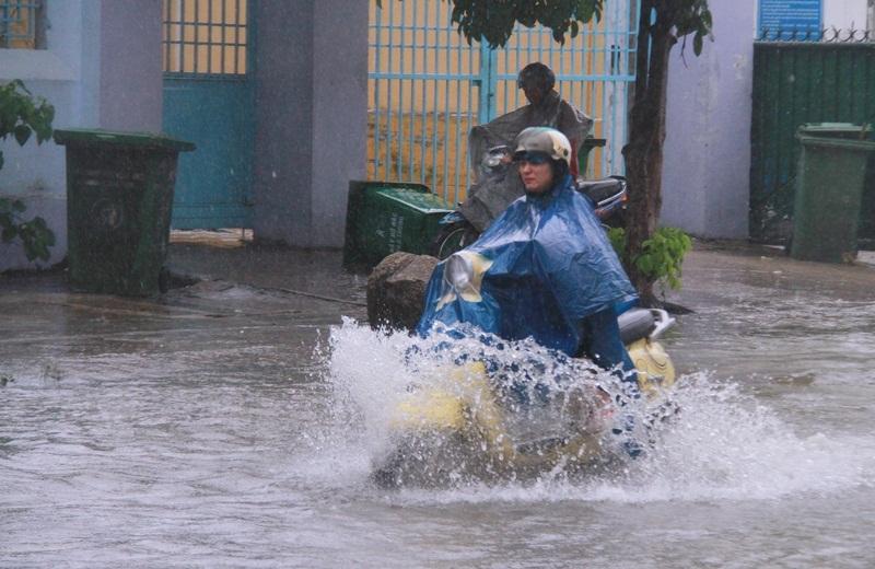 Bão giật cấp 10 đang hướng vào Đà Nẵng - Quảng Ngãi