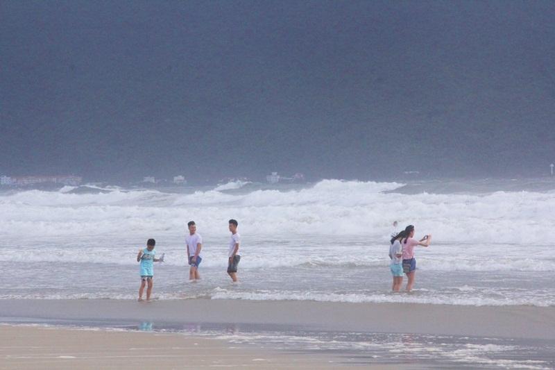 Đà Nẵng, tắm biển, tự sướng, bão số 4
