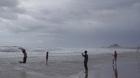 Đà Nẵng: Gió to, sóng lớn vẫn đổ ra biển 'tự sướng'