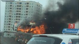Xe tải cháy ngùn ngụt ở đường vành đai 3 trên cao