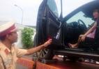 Cố thủ trong xế hộp, CSGT cẩu cả xe và nữ tài xế về trạm