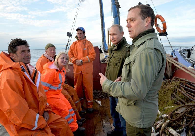 Putin và Medvedev đi đánh cá cùng ngư dân