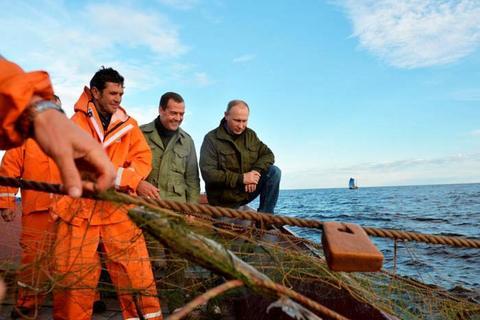 Putin và Medvedev ra khơi cùng ngư dân