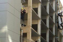 Suýt chết vì lùi ôtô trượt khỏi bãi đỗ trên tầng 9