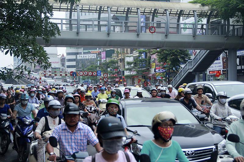 giao thông Hà Nội, ùn tắc nghiêm trọng, ô tô dàn hàng ngang, ô tô lấn làn, Hà Nội