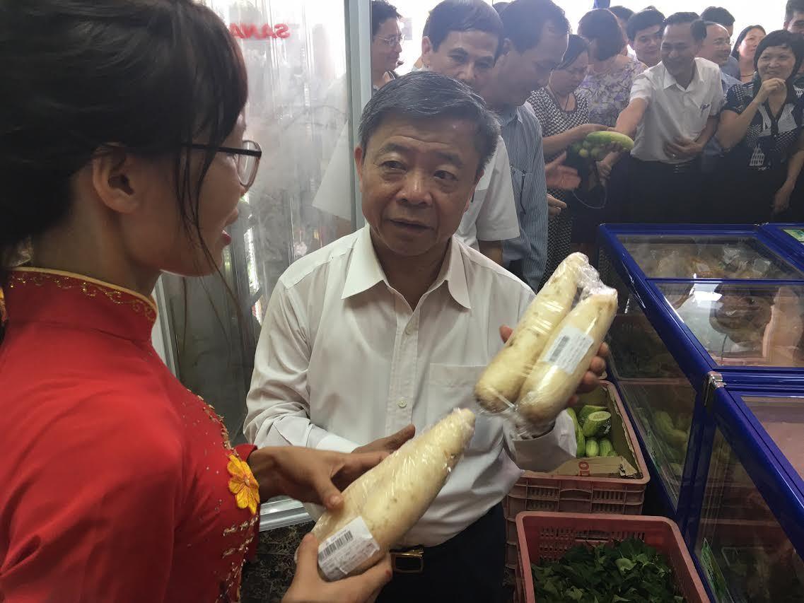 Ông Võ Kim Cự lo đồ ăn sạch cho dân