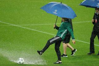 Hoãn trận Man City vs Monchengladbach vì mưa lớn