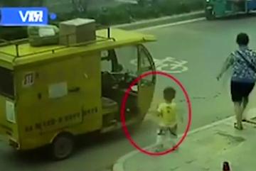 Khoảnh khắc kinh hãi bé 3 tuổi nhảy lên xe tuk tuk lao vút đi