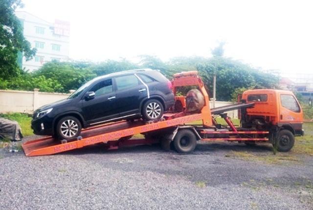 """Nữ tài xế """"cố thủ"""" trong ôtô bị phạt gần 5 triệu đồng"""