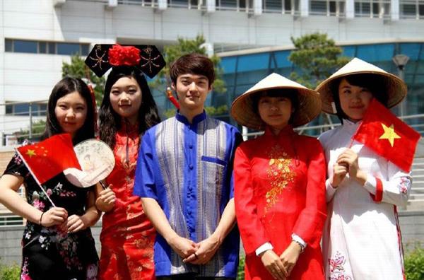 Nguyên bộ trưởng 'ngã ngửa' vì lãnh đạo trẻ Hàn Quốc