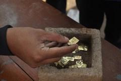 Đào giếng trúng hộp vàng 22 miếng nghìn năm tuổi