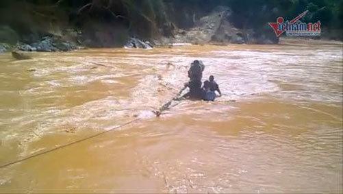 Vỡ ống thủy điện: Vượt nước xiết cứu người bên sông Bung
